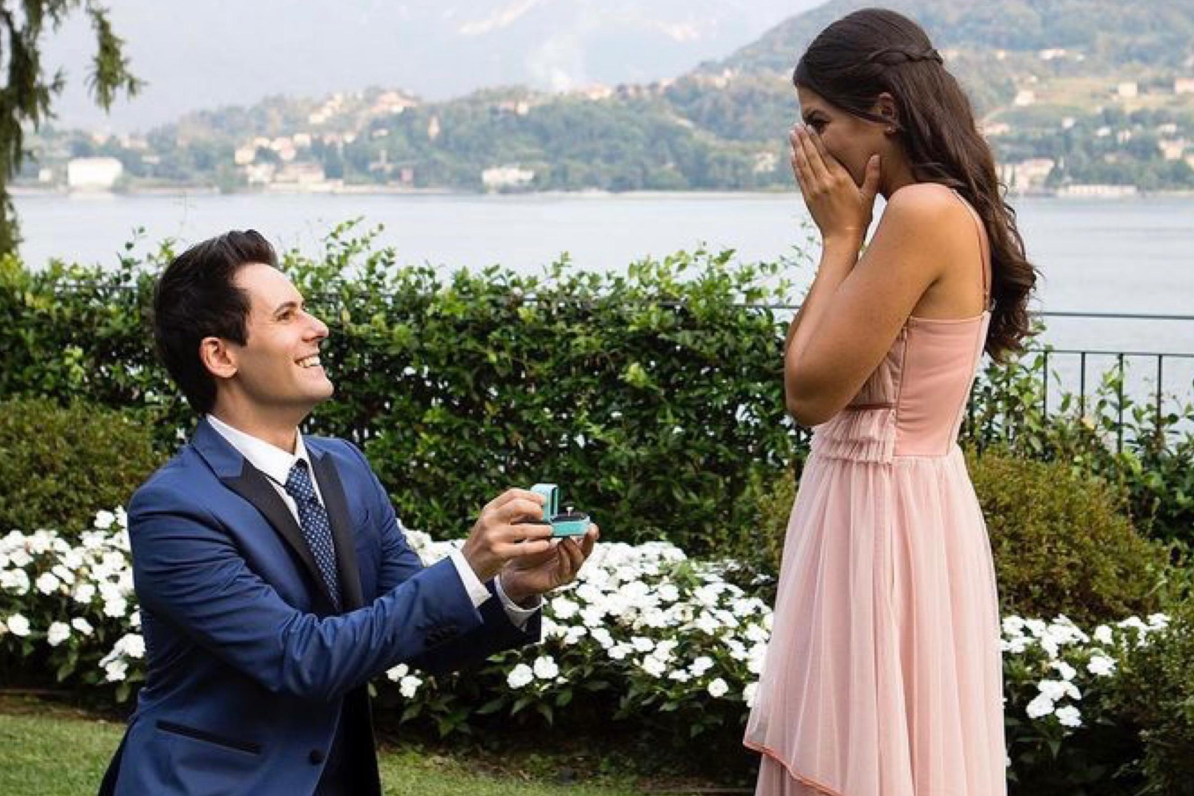 I Me Contro Te  si sposano, la proposta di matrimonio sul lago di Como